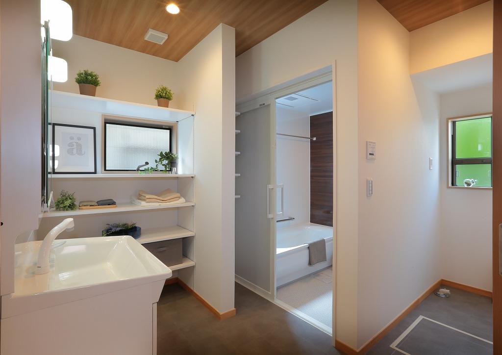 広々とした洗面スペースには可動棚を多く取付け、十分な収納量を確保