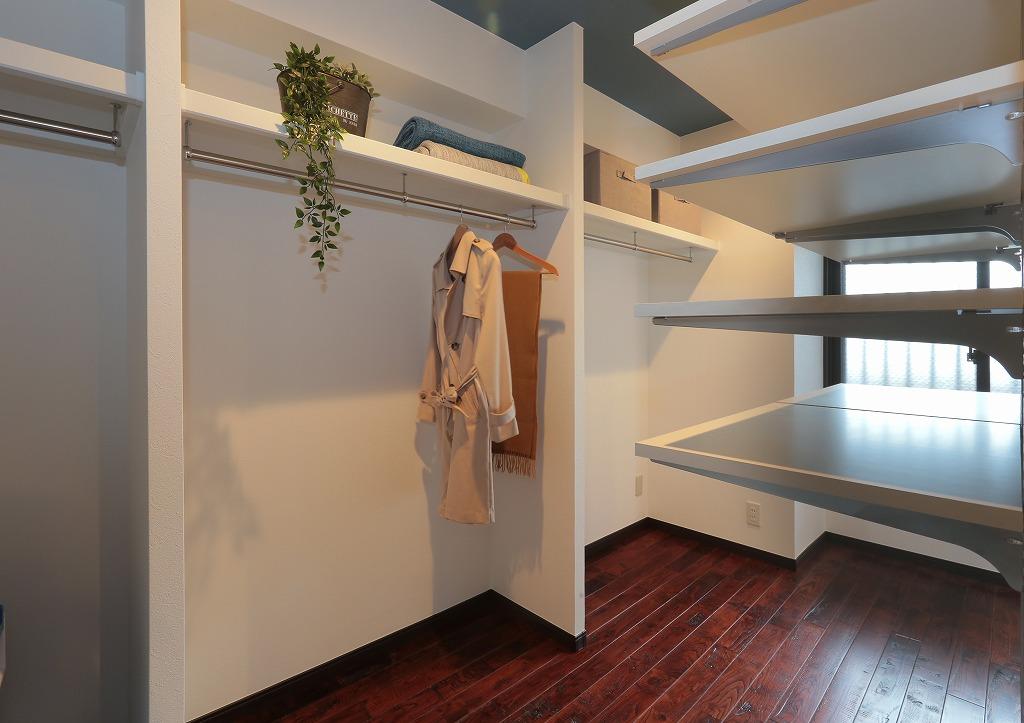 もともと洋室だった一部をウォークインクローゼットへ。わざわざ衣替えの必要もないほど大容量な空間が出来ました