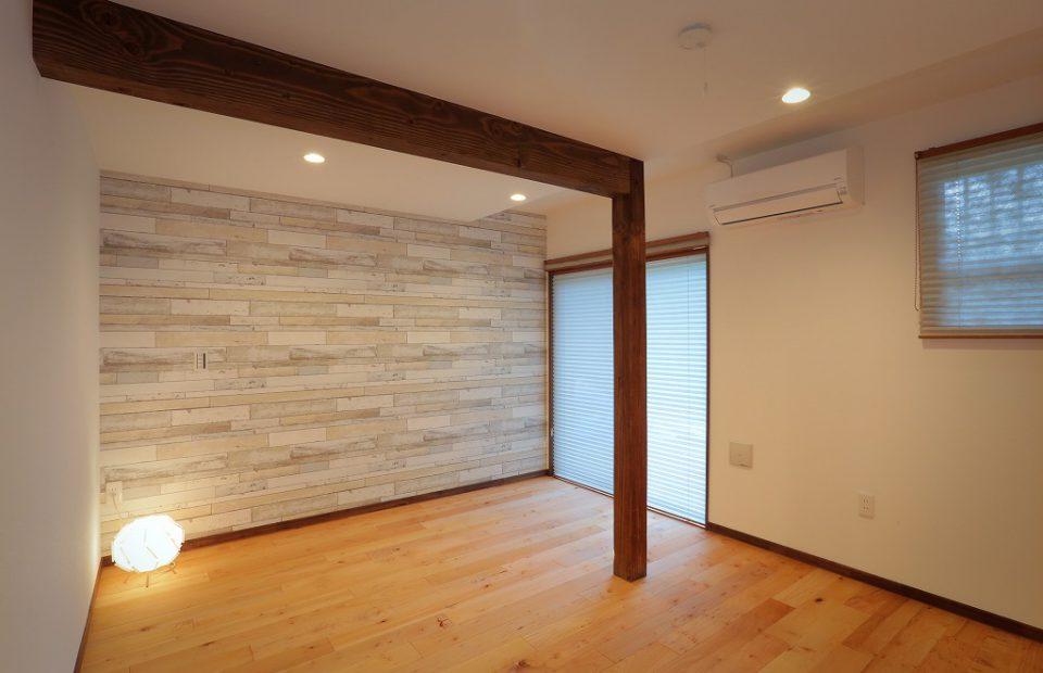 8帖の和室だったお部屋は現代的な洋室に。アクセントウォールが印象的なワークスペースです。