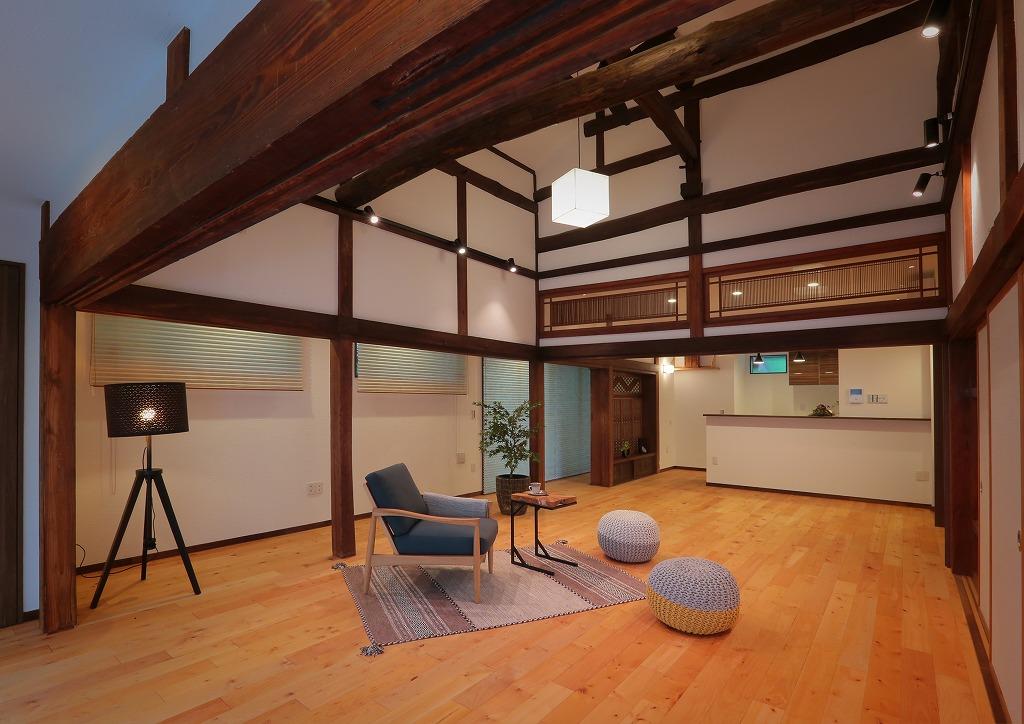 以前は8帖と10帖の二つの和室で構成されていた空間は、30帖超えの開放的なLDKへ。