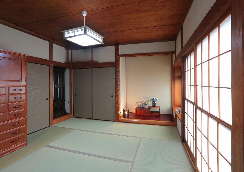 畳と襖、壁紙を新しくしただけで明るい空間に生まれ変わった和室は、天井や露出している柱はあえて昔のデザインを残しました。これには仏壇で見守るご両親もお喜びになられていることでしょう。