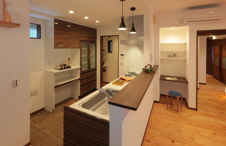 隣にパントリーを備えた、広々とした対面キッチン。 リビングを見渡すことができ、気持ちよく家事ができること間違いなし。
