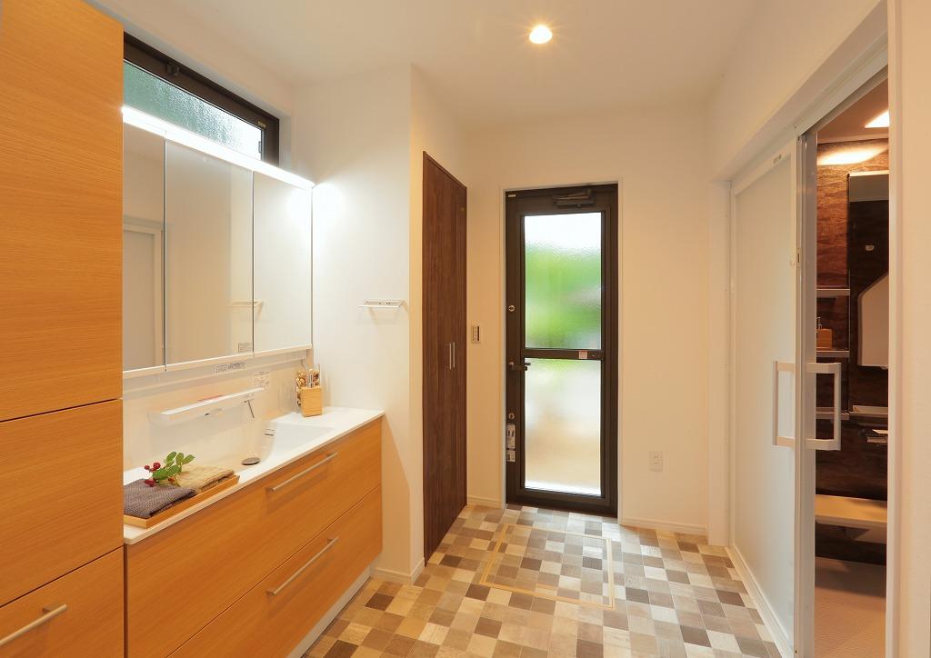 増築によって後から建てられた部分を新たに作り替え現代的な洗面室へ。 最新設備を取り入れました。