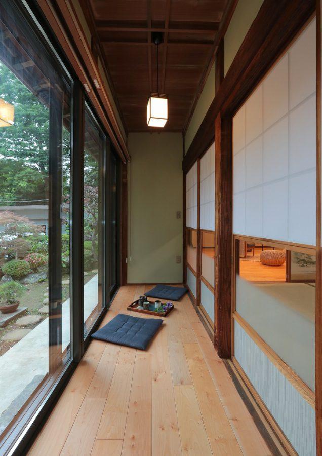 古民家特有の長い廊下は、窓をペアガラスにすることで断熱性がぐんとアップ。 自慢のお庭を眺める寛ぎのスペースとなりました。