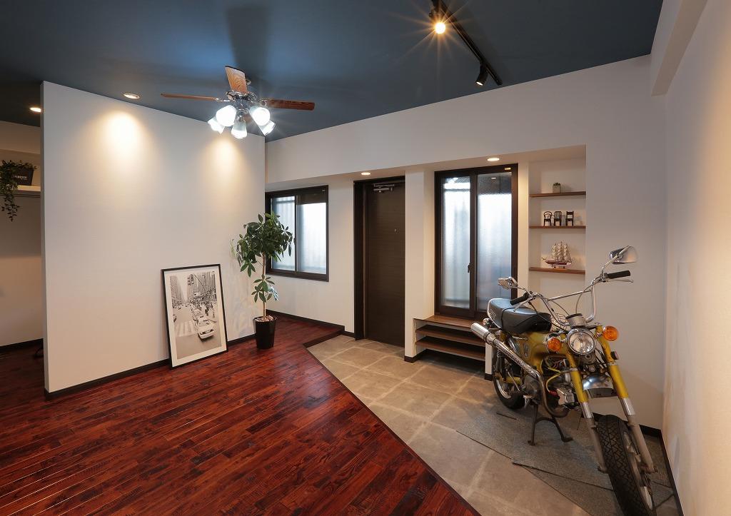 子供部屋として使っていた2部屋の壁を取り払い、大人かっこいいバイクガレージへ大胆チェンジ。 床材は固い材質であるクルミの木を使用するというこだわりよう