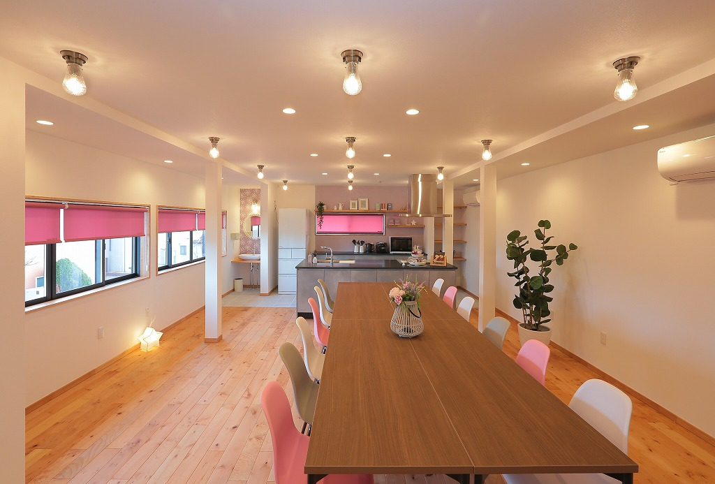 2階のレンタルルーム。女子会向けに白とピンクを基調とした明るくフェミニンな空間を演出。
