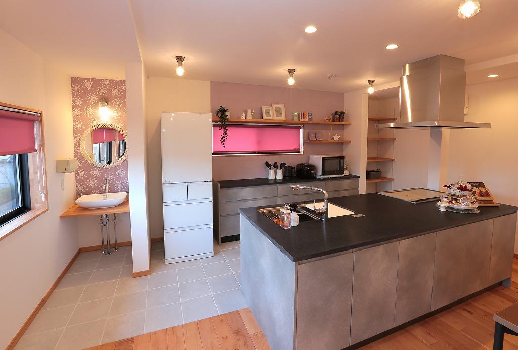 広々としたアイランドキッチン併設で、数人で料理をしても十分なスペースを確保。
