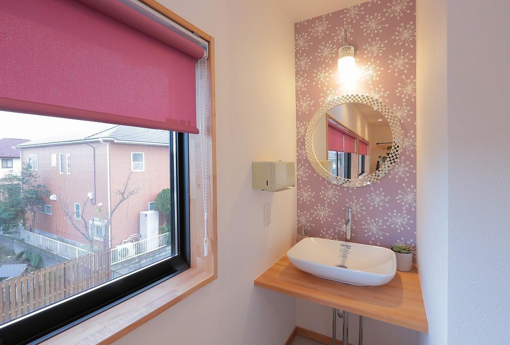 キッチンとは別に手洗い場を設けました。照明や鏡にも女性を意識した可愛らしさをプラス。