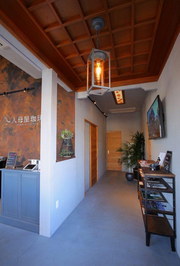 もともとの天井の化粧材を活かして和モダンな雰囲気を演出。奥は欄間を天井に移設し再利用。