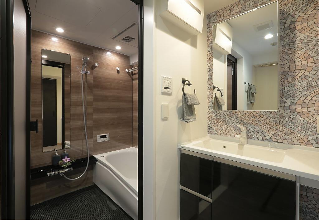 浴室もブラウン×ブラックでハイクラスなホテルをイメージ。1日の疲れを癒すためのこだわりです。