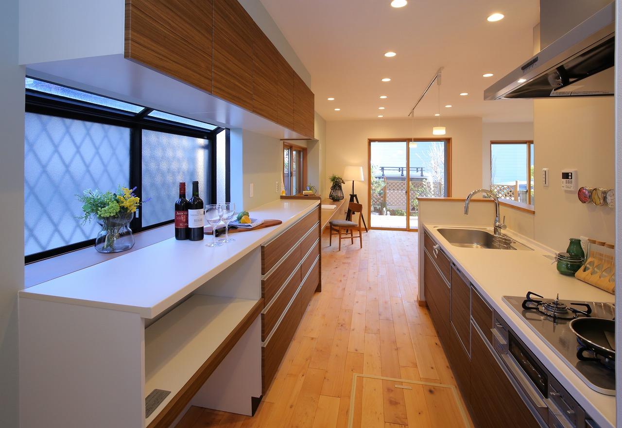 キッチンの背面には作業台を兼ねた食器棚を設置。ベーカリーや本格オーブンなど大型家電を置いても余裕あるスペースを確保しました。