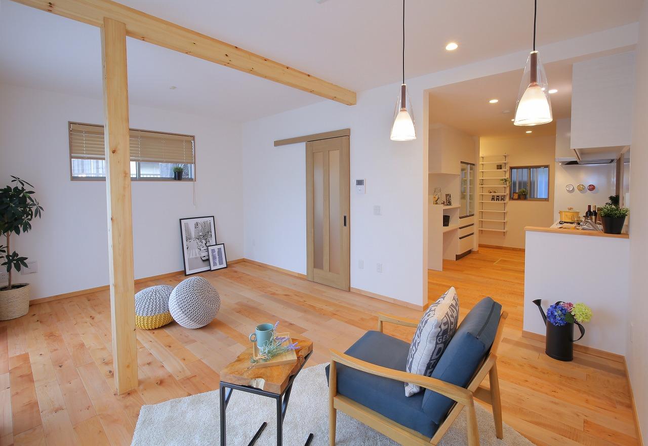 ダイニングの奥にキッチンスペースを配置。回遊動線を採用すると家事効率がぐんとアップします。