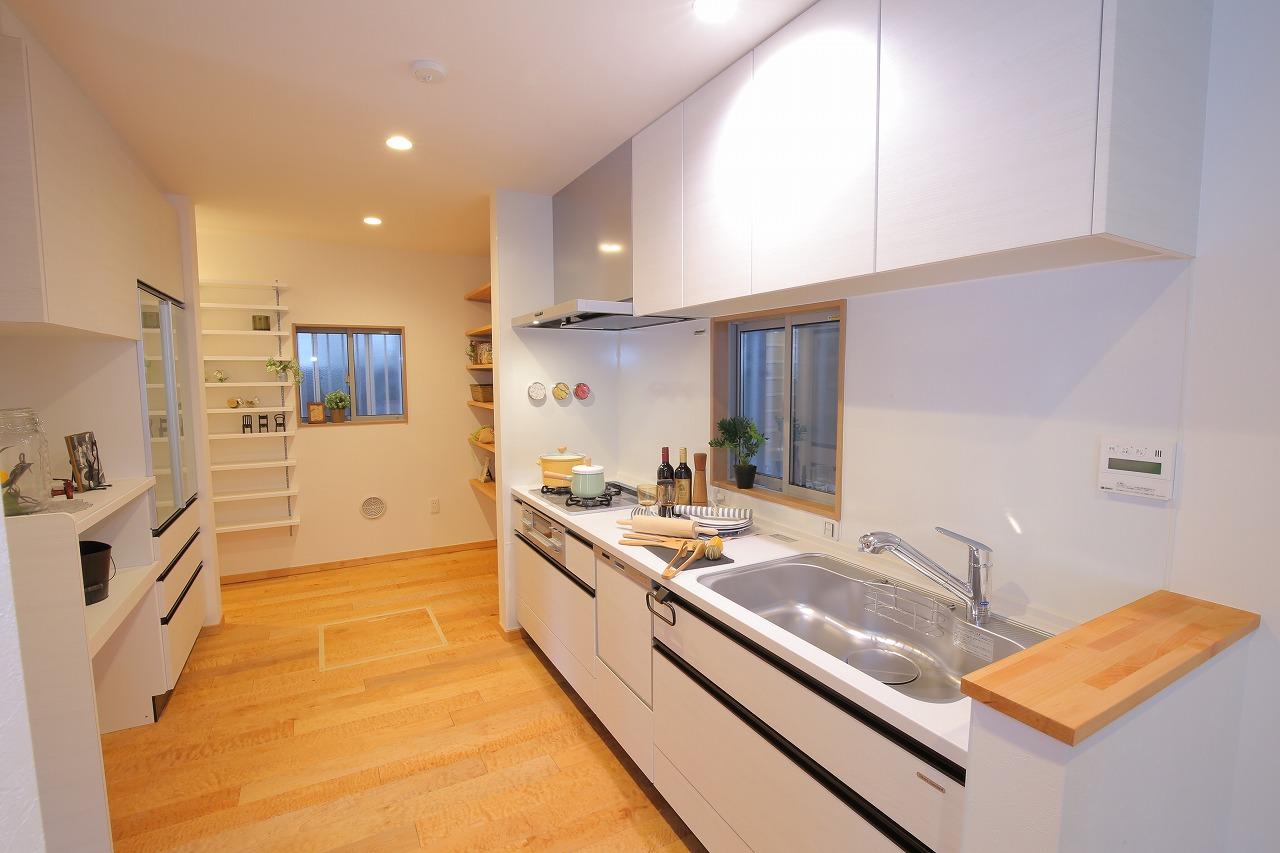 食器棚を併設したキッチン周辺は広々とした家事スペースを確保しました。