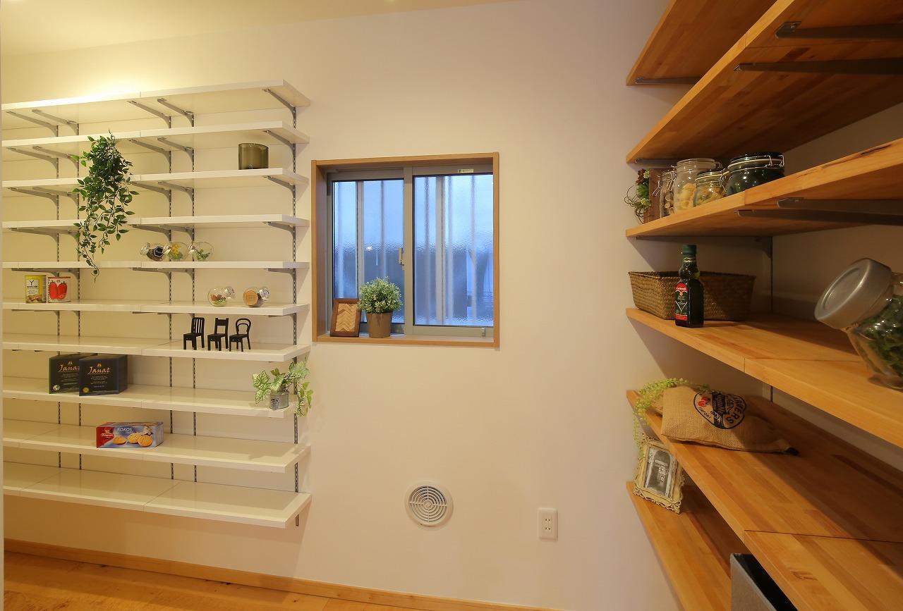 キッチン奥には大容量のパントリーと、読書が趣味のお施主様のためにブックコーナーをプランニング。