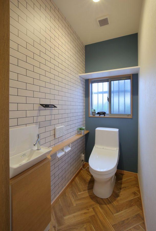 ネイビーとタイル柄の壁紙とヘリンボーン柄の床でブルックリンスタイルを演出。