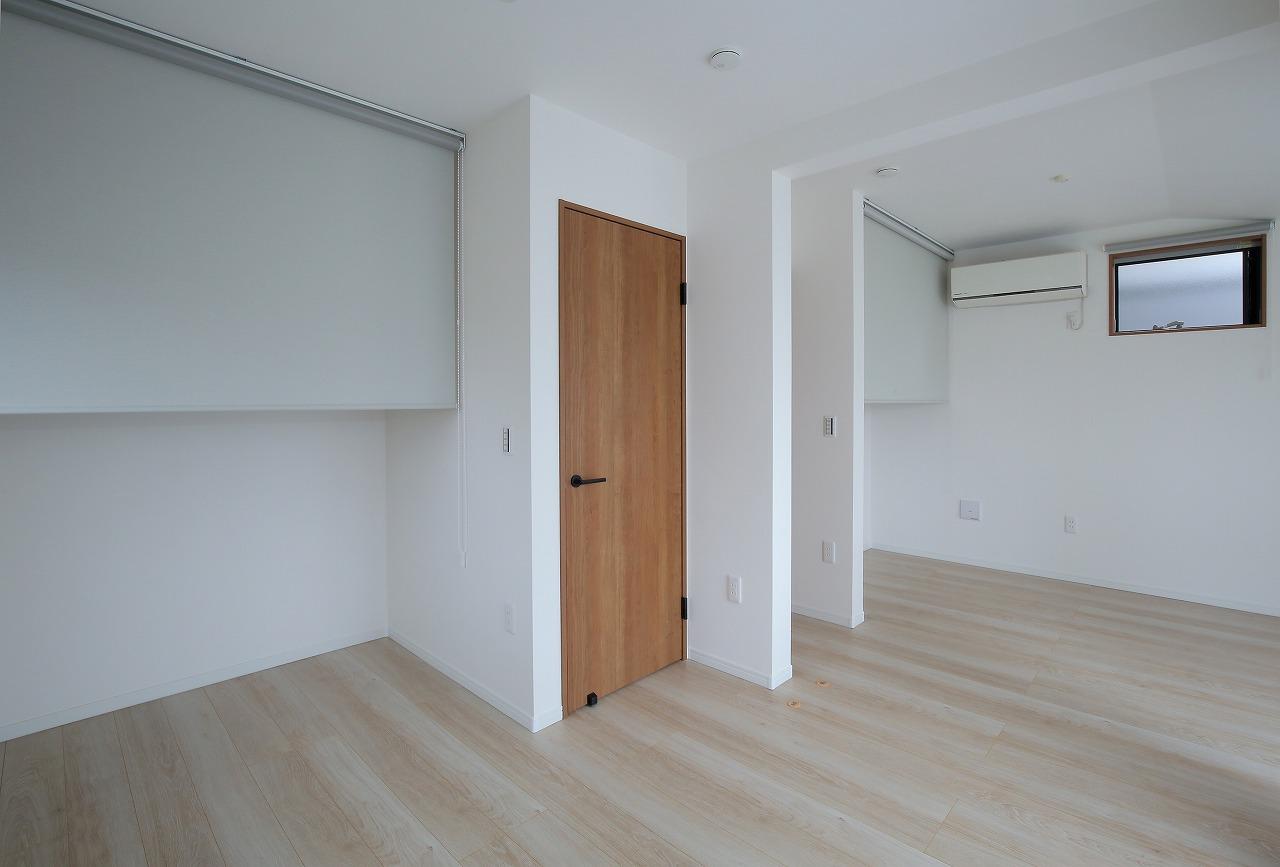 間仕切りを設けることで2部屋として使用できる2階の居室。クローゼットはあえて扉を設けず目隠し用にロールスクリーンを設置しました。