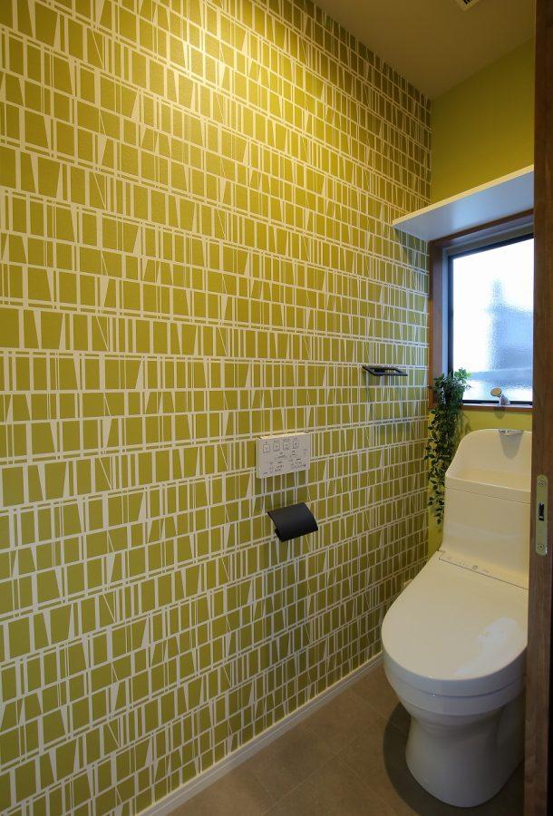 元々は押入れがあった場所に廊下から使えるトイレをプランニング。モダンな壁紙で遊び心をプラスして。
