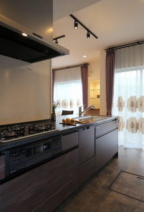 シックな色で統一したキッチン周り。床はフロアタイルを採用し水撥ねも安心です。