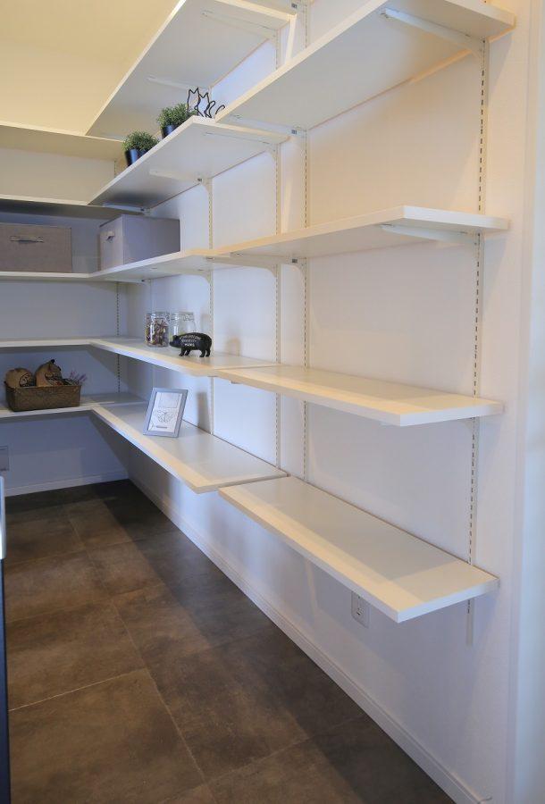 キッチン横に設けた大容量のパントリー。棚は高さを調整できるので、大きなものや細かいものまで用途別に収納することが可能です。