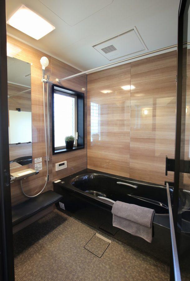 ブラックの浴槽やウォルナットの壁がホテルライクなお風呂場。贅沢なバスタイムが楽しめます。