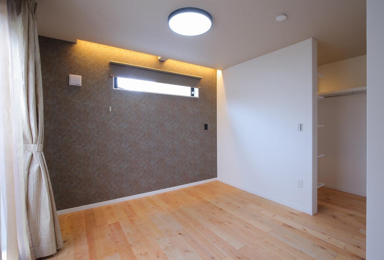 2階の居室は元々の間取りを活かしてブラッシュアップ。オープンなウォークインクローゼットにすることで収納量を増やし、使い勝手を改善させました。