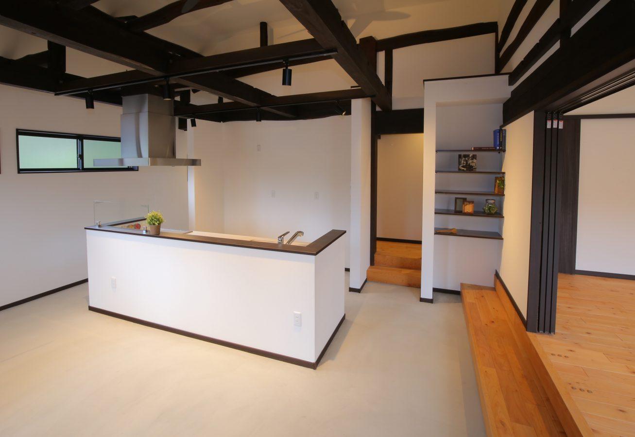 まるで古民家カフェのような広い土間に、存在感の光るオープンキッチン。キッチン裏には収納力抜群のパントリーが。